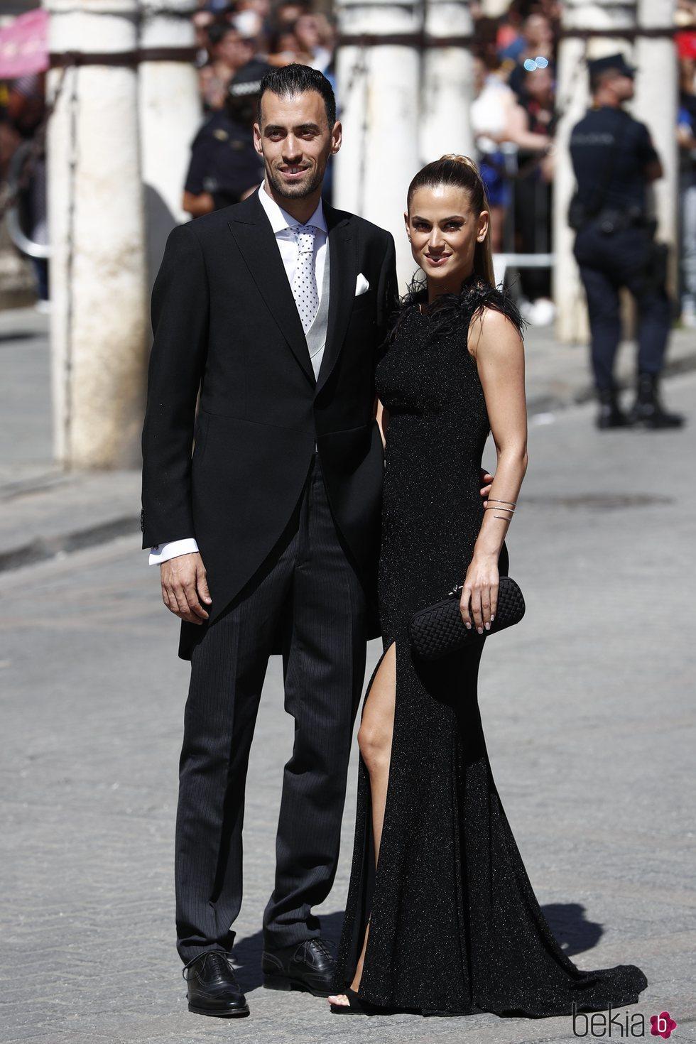 Sergio Busquets y su mujer Elena Galera a su llegada  a la boda de Pilar Rubio y Sergio Ramos