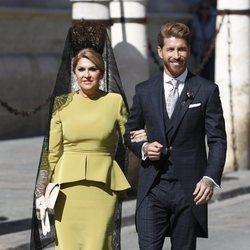 Sergio Ramos y su madre Paqui García saliendo del hotel para ir a la boda con Pilar Rubio