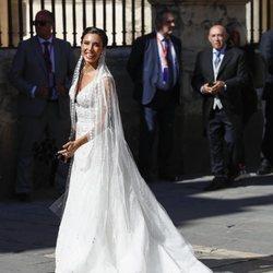 Pilar Rubio muy sonriente a la entrada a la Catedral de Sevilla para casarse con Sergio Ramos