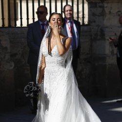 Pilar Rubio lanzando un beso a su llegada a la Catedral de Sevilla para casarse con Sergio Ramos