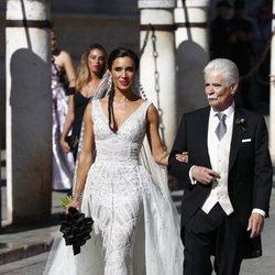 Pilar Rubio con su padre Manuel Rubio a la llegada a su boda con Sergio Ramos