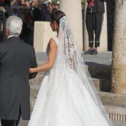 Parte de atrás del vestido de Pilar Rubio a su llegada a la Catedral de Sevilla para casarse con Sergio Ramos