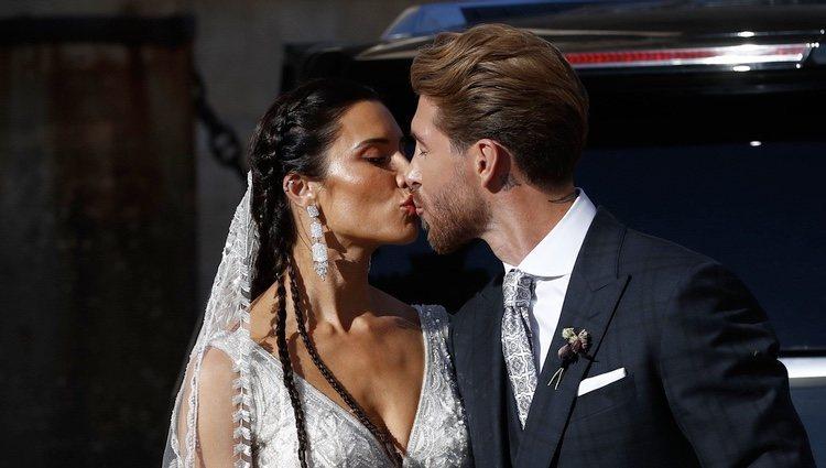 El primer beso de Sergio Ramos y Pilar Rubio tras su boda en la Catedral de Sevilla