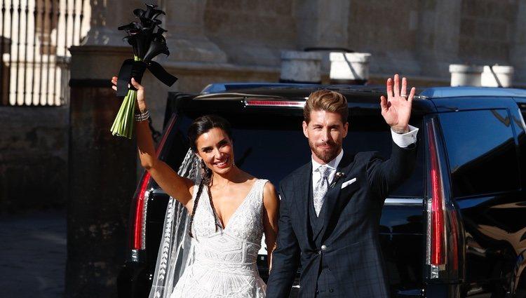 Sergio Ramos y Pilar Rubio saludando tras su boda en la Catedral de Sevilla