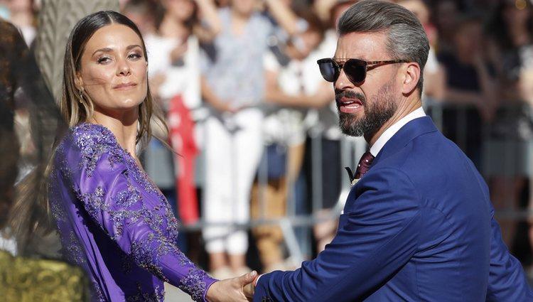 Lorena Gómez y René Ramos cogidos de la mano a la salida de la boda de Sergio Ramos y Pilar Rubio