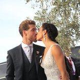 Pilar Rubio y Sergio Ramos besándose a su llegada la Finca La Alegría para celebrar su boda
