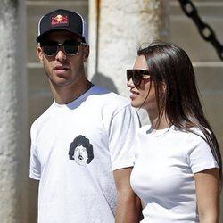 Marco Asensio y Sandra Garal paseando por Sevilla