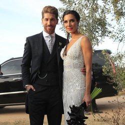 Sergio Ramos y Pilar Rubio posando a su llegada a la Finca La Alegría tras su boda