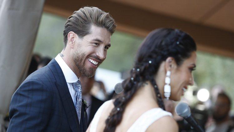 Sergio Ramos mirando muy enamorado a Pilar Rubio a su llegada a la finca para celebrar su boda