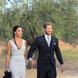 Sergio Ramos y Pilar Rubio cogidos de la mano a su llegada a la finca para celebrar su boda