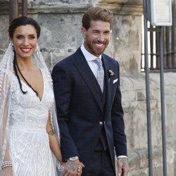 Sergio Ramos y Pilar Rubio saliendo de la Catedral de Sevilla convertidos en marido y mujer