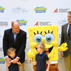 Alberto de Mónaco con sus hijos Jacques y Gabriella de Mónaco y Bob Esponja