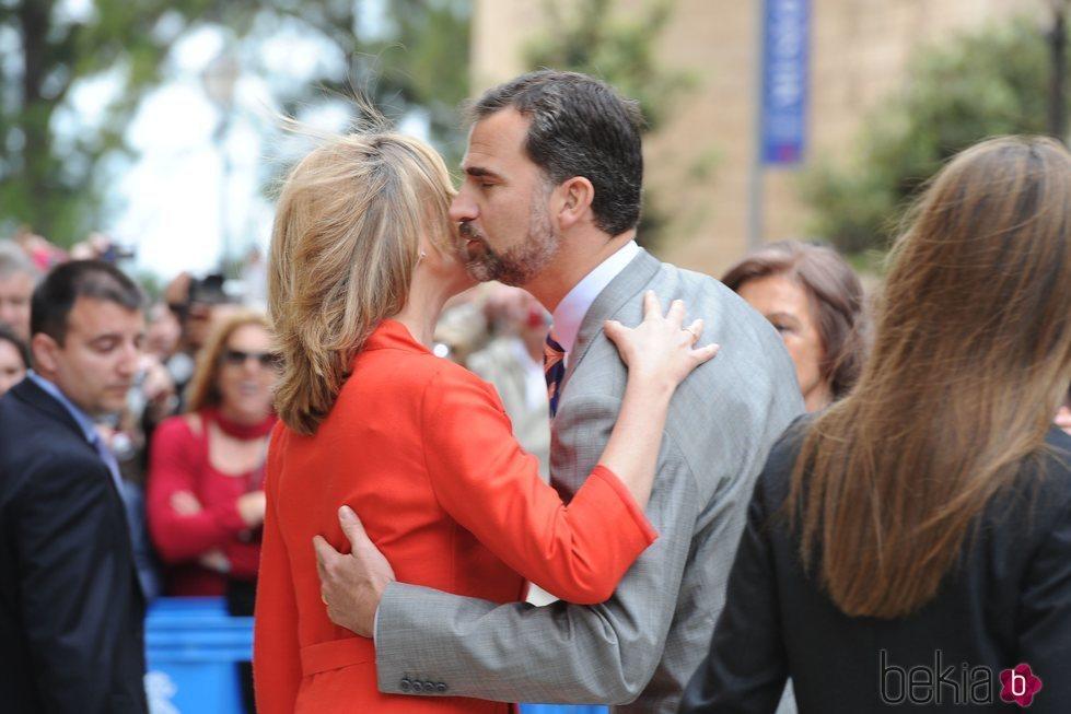El Rey Felipe y la Infanta Cristina dándose un beso en Palma