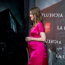 Manuela Vellés presume de embarazo en el estreno de 'La Influencia'
