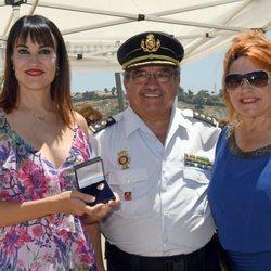 Irene Villa junto a su madre y el Comisario de Policía de Estepona en la inauguración de su calle