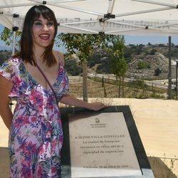 Irene Villa posa con su placa en Estepona