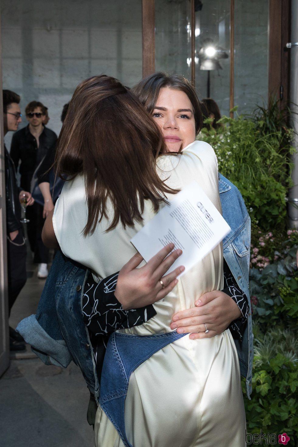 Pauline Ducruet y Camille Gottlieb se abrazan en la Paris Fashion Week 2019