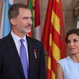 La Reina Letizia mira con cariño al Rey Felipe en el quinto aniversario de reinado de Felipe VI