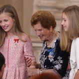 La Princesa Leonor y la Infanta Sofía con Clotilde Veniel en el quinto aniversario de reinado de Felipe VI