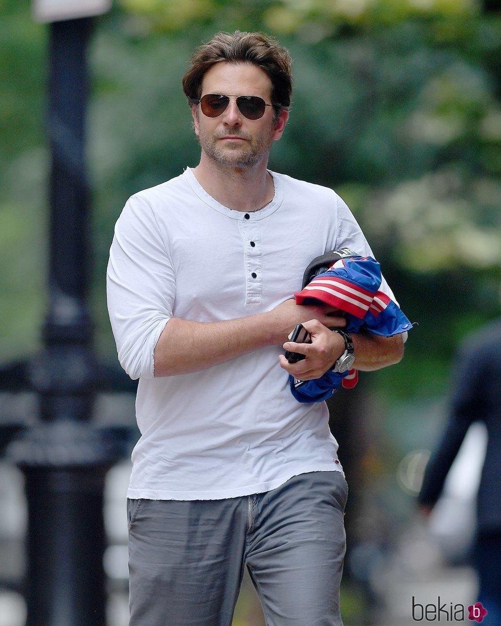 Bradley Cooper paseando en solitario por Nueva York tras la ruptura con Irina Shayk