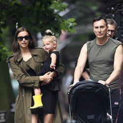 Irina Shayk con su hija Lea y un amigo paseando por Nueva York