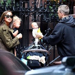 Irina Shayk con su hija Lea y su amigo cogiendo un muñeco por Nueva York