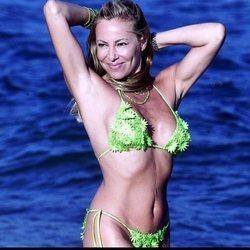 Ana Obregón en un posado d verano con bikini verde