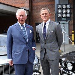 El Príncipe Carlos y David Craig visitando los estudios de James Bond
