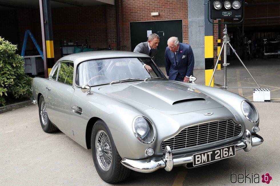 El Príncipe Carlos y Daniel Craig observando un coche en el set de rodaje de James Bond