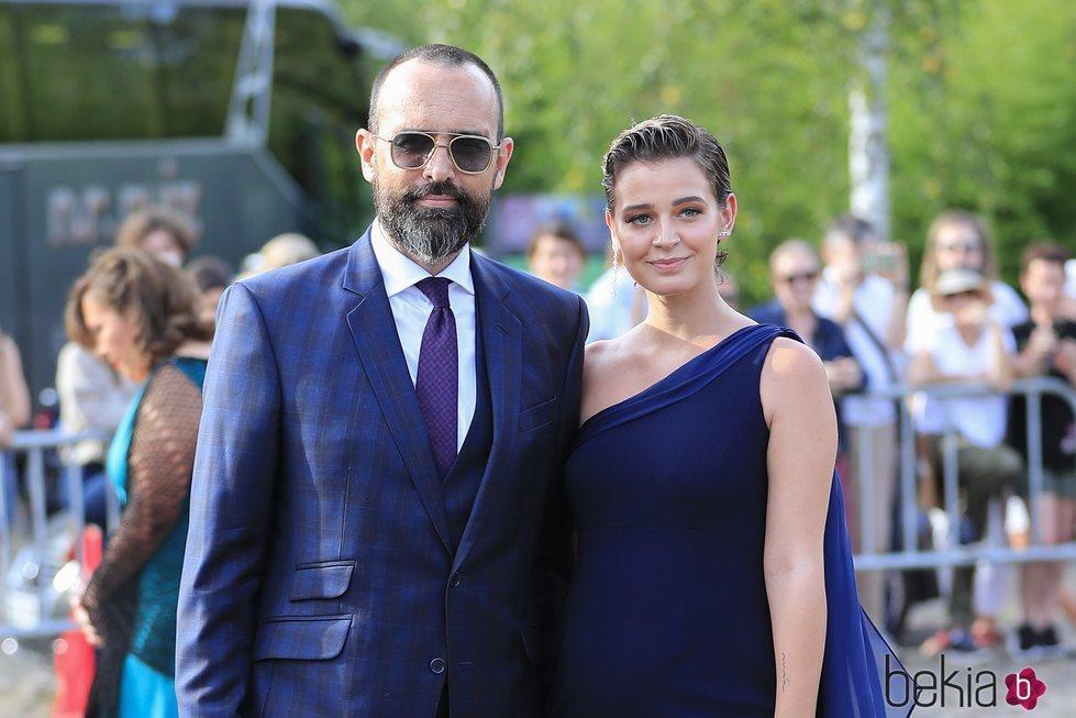 Laura Escanes y Risto Mejide posando en la boda de María Pombo y Pablo Castellano