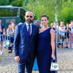 Laura Escanes posa junto a su marido Risto Mejide en la boda de María Pombo y Pablo Castellano