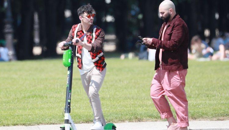Joe Jonas de paseo con un patinete eléctrico en París