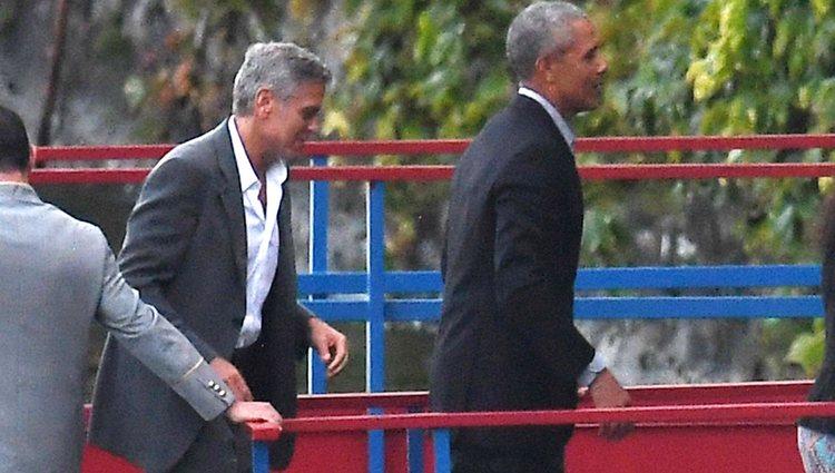 Barack Obama y George Clooney llegan en barco a una cena benéfica