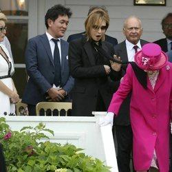 La Reina Isabel II golpeada por una bufanda