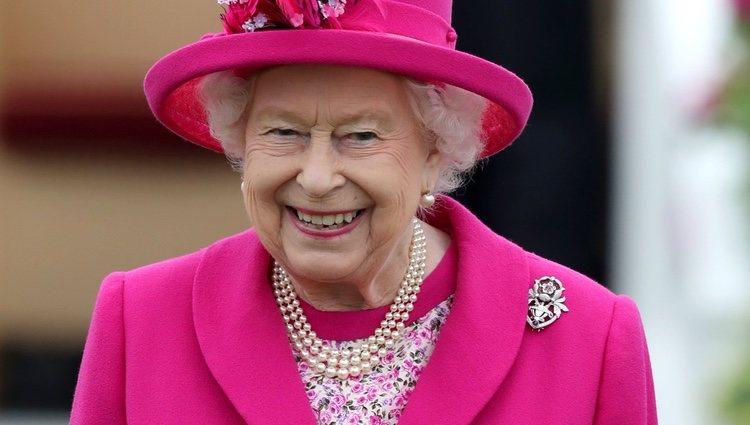 La Reina Isabel sonriente en el Royal Windsor Cup