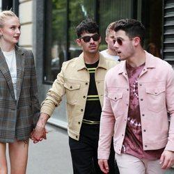 Nick Jonas, Sophie Turner y Joe Jonas paseando en París