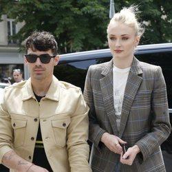Joe Jonas y Sophie Turner pasean por las calles de París