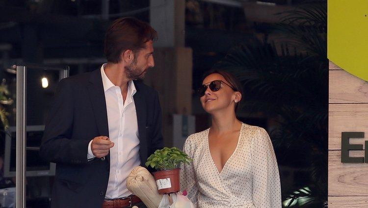 Chenoa celebra su cumpleaños comprando plantas con su novio Miguel Sánchez Encinas