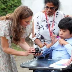 Kate Middleton junto a un niño discapacitado en la Royal Photgraphic Society