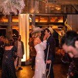 Karlie Kloss junto a su marido Joshua Kushner en la celebración de su boda con sus amigos