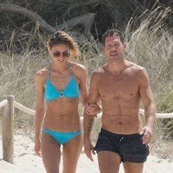 Carla Pereyra y El Cholo pasando un día de playa en Formentera tras su boda