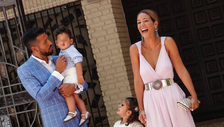 Tamara Gorro y Ezequiel Garay celebrando muy felices el bautizo de su hijo Antonio