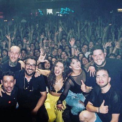 Ana Guerra con su equipo en su concierto de la sala But