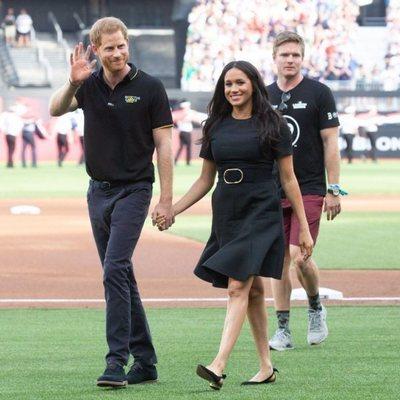 El Príncipe Harry y Meghan Markle acuden a un partido de béisbol solidario