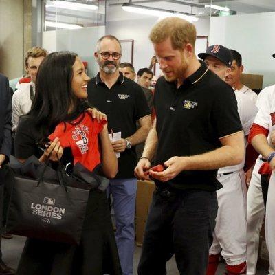El Príncipe Harry y Meghan Markle con el equipo de béisbol que les ha hecho regalos para Archie