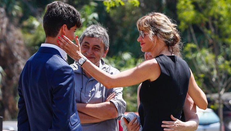 Susanna Griso charlando con familiares en el funeral de su hermana