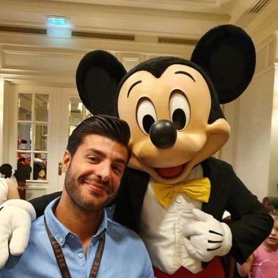 Miguel Torres con Mickey Mouse en Disneyland París