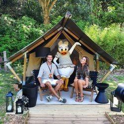 Paula Echevarría y Miguel Torres con Daisy en Disneyland París