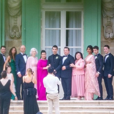 Joe Jonas y toda su familia en una foto de su boda con Sophie Turner