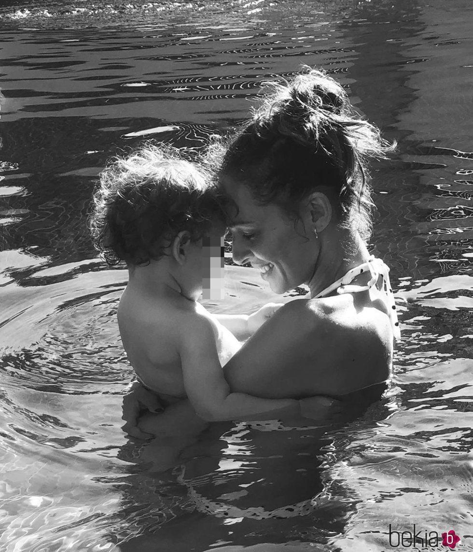 Eva González con su hijo Cayetano en la piscina